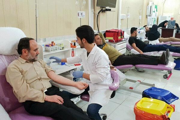 چند بیمار روی صندلی خونگیری در مرکز اهدای خون